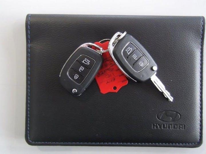 White Hyundai i20 1.2 Mpi Play 2020