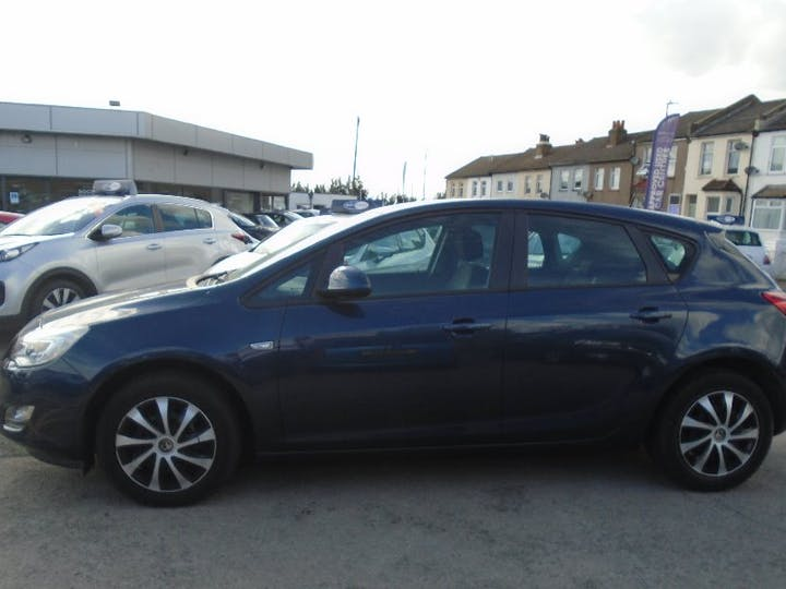 Blue Vauxhall Astra 1.4 Exclusiv 2011